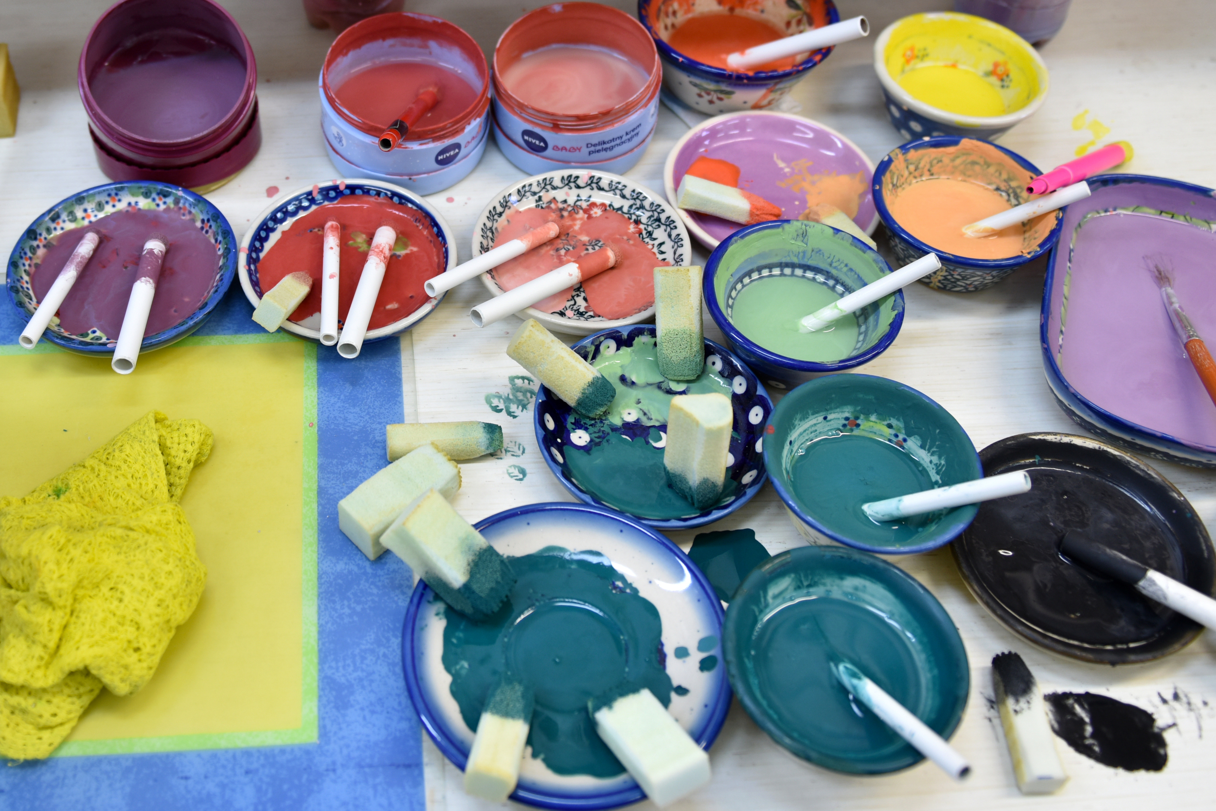 Bardzo dużo kolorów farb do ceramiki