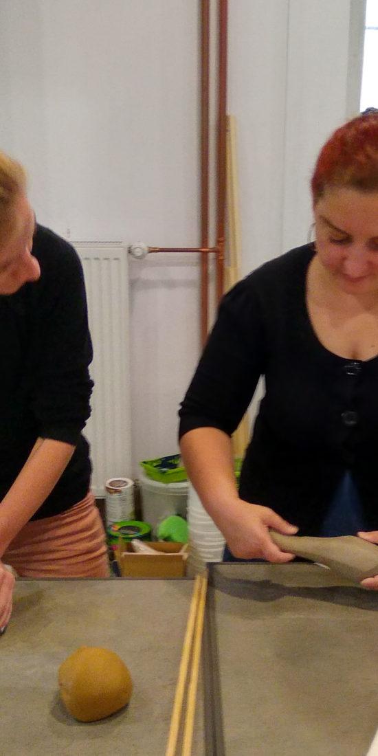 Ola i Maja ugniatają glinę